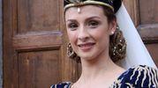 La dama del Sestiere di Porta Romana, Valeria De Santis, sorridente nel suo abito blu ed oro con un lungo mantello a strascico (Foto Labolognese)