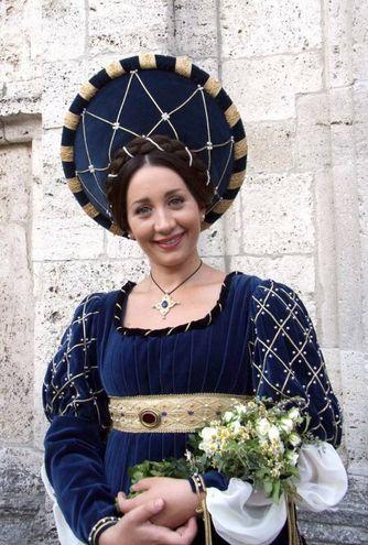 La giovane dama del Sestiere di Porta Solestà: per la 27enne Vanessa Leonardi la scelta è ricaduta sull'abito celeste ed oro con il copricapo a sole (Foto Labolognese)