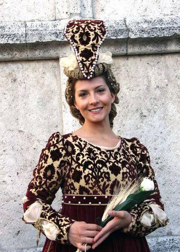 Chiara Giovannozzi, la signora del Sestiere di Porta Maggiore molto elegante nel vestito rosso bordeaux ed oro con mantello a strascico (Foto Labolognese)