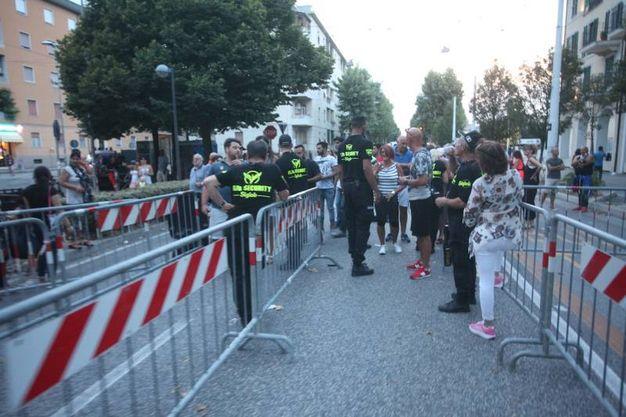 Piazza Ugo Bassi era colorata, trasformata. Ma anche blindata per le imponenti misure volute dal ministro Minniti dopo i fatti gravi di Torino: l'intera area delimitata da barriere antisfondamento, in azione squadre di artificieri, la Digos, sientifica, antiterrorismo (Foto Antic)