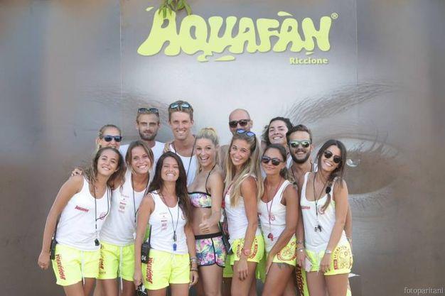 Michelle Hunziker con lo staff di Aquafan