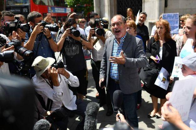 Supporter di Charlie Gard fuori dal tribunale (Ansa)