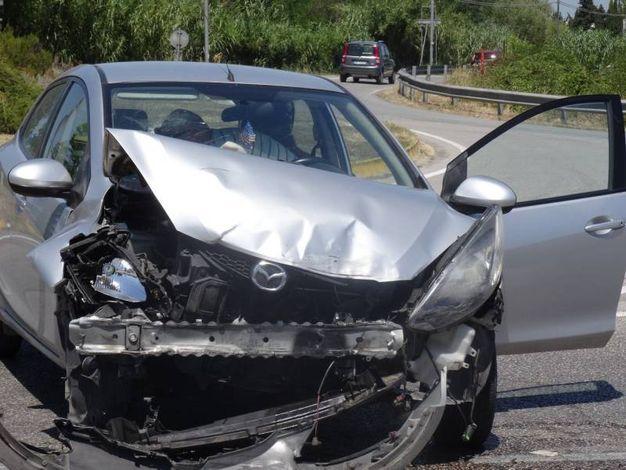 Una delle auto coinvolte nello scontro in via Papiria (foto Petrelli)