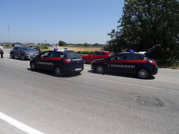 I rilievi dei carabinieri (foto Petrelli)