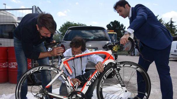 La perizia sulla bicicletta di Nicky Hayden (Foto Migliorini)
