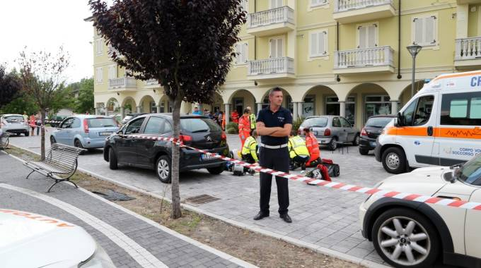 Le forze del'ordine a presidio della zona e, dietro, i soccorritori (Sacchiero)