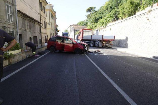 Lo scontro frontale fra un camion e un'auto a Pedaso (foto Zeppilli)