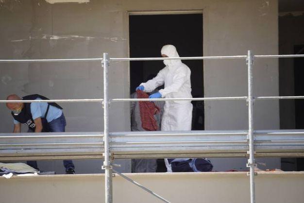 La macabra scoperta è stata fatta dopo segnalazioni della presenza di senzatetto che usano il cantiere, sotto sequestro penale, come dormitorio (foto Zeppilli)