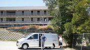 Il cadavere è stato trasportato all'obitorio (foto Zeppilli)