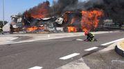 Le fiamme e il fumo nero che si è levato dall'incendio (foto Schicchi)