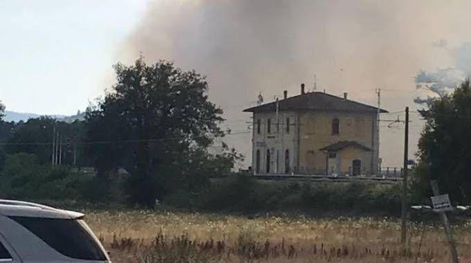 Incendio a Badia al Pino. Fiamme lambiscono le case, bloccata la ... - La Nazione