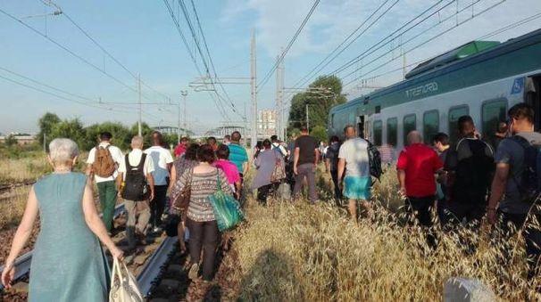 I pendolari percorrono a piedi un tratto dei binari