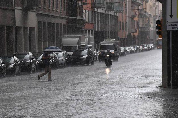 Via San Felice bagnata dalla pioggia (foto Schicchi)