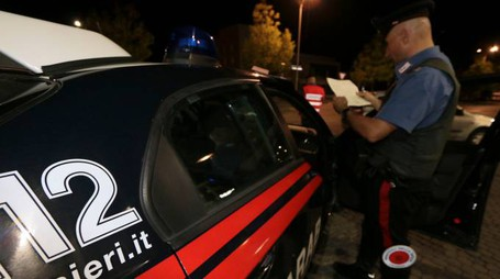 INDAGINI Sul luogo della lite è intervenuta una pattuglia dei carabinieri (foto d'archivo)