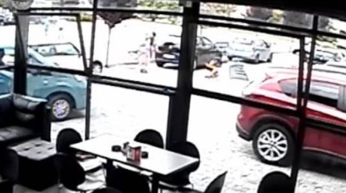 La videosorveglianza di un locale ha ripreso tutta la scena dell'omicidio di lunedì(Sacchiero)