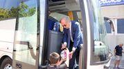 Il ds Rino Foschi firma un autografo a un piccolo tifoso (foto Ravaglia)