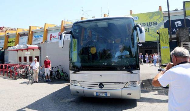 Il pullmann del Cesena calcio in partenza per il ritiro (foto Ravaglia)