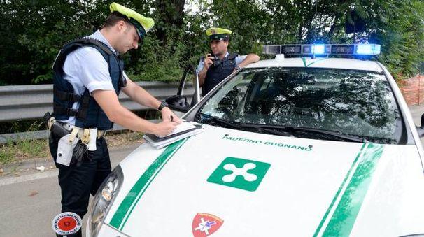 Una pattuglia della polizia locale di Paderno