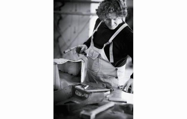 Immagine del maestro Helidon Xhixha al lavoro nel suo studio
