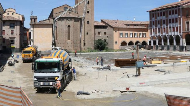 In piazza della Libertà è stata fatta la gettata e si attende l'arrivo del materiale per procedere all'installazione del nuovo manto