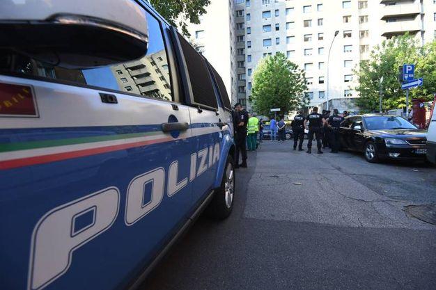 Lo sgombero delle palazzine Acer di via Gandusio: sul posto anche la polizia (foto Schicchi)