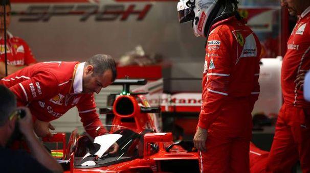 Sebastian Vettel ai box (LaPresse)