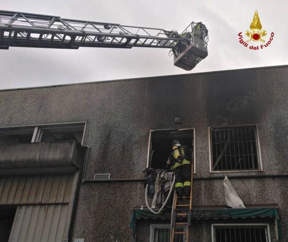 L'intervento dei vigili del fuoco a Fossalta per spegnere l'incendio alla chiesa evangelica