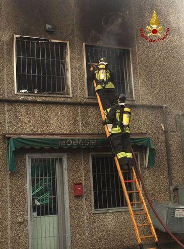 I vigili del fuoco hanno messo al riparo alcune bombole di gas che sarebbero potute esplodere