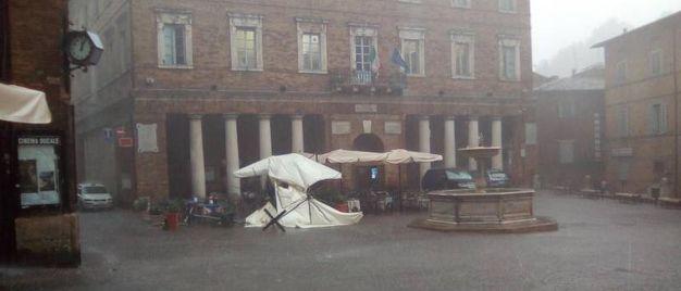 L'ombrellone divelto del caffè Deliziose Follie in piazza della Repubblica, Urbino
