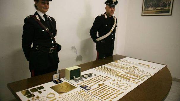 I carabinieri di Pontedera con l'oro recuperato e sequestrato