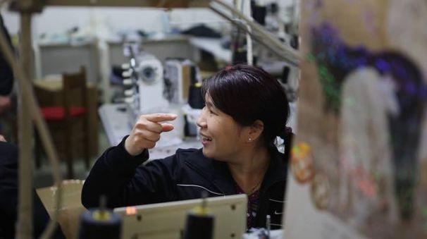 Nell'immagine d'archivio, un'operaia di una confezione tessile cinese al lavoro. Il blitz interforze di ieri è avvenuto in un laboratorio di via Zarini