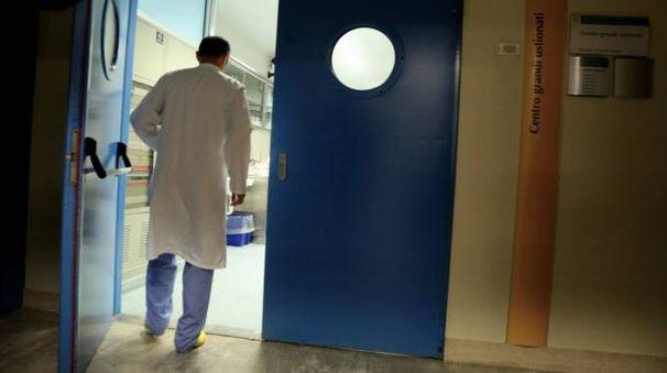 Un medico entra all'interno di  un reparto dell'ospedale Bufalini