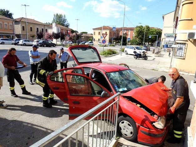 L'auto schiantatasi contro l'edificio che ospita una banca a Lavezzola (Foto Scardovi)
