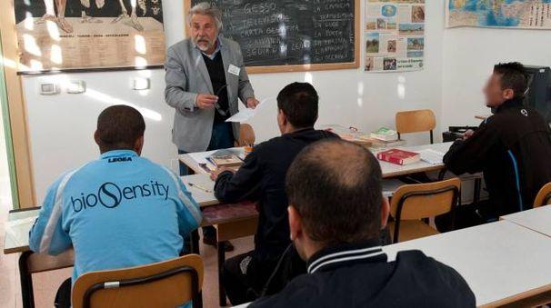 LEZIONE DIETRO LE SBARRE Un professore spiega ad alcuni detenuti