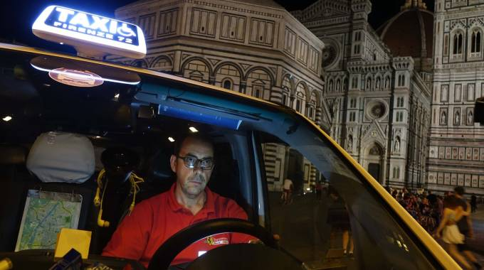 Un taxi notturno a Firenze (Gianluca Moggi / New Press Photo)