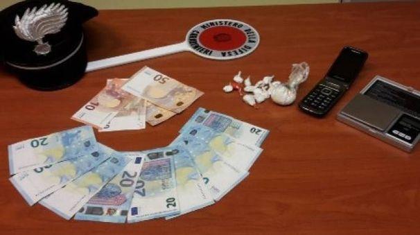 La droga e i soldi trovati dai carabinieri
