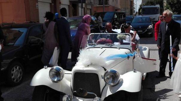 Gli sposi sull'auto d'epoca