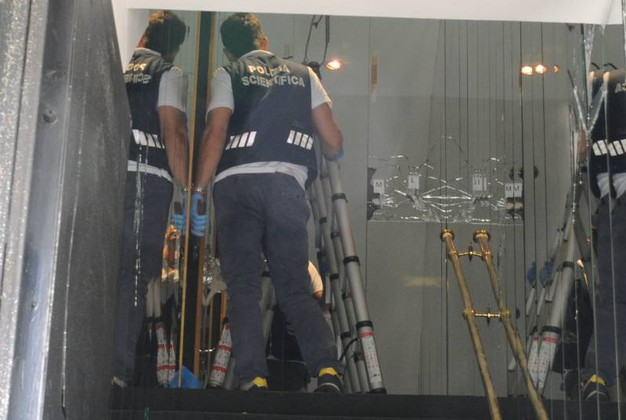 La scientifica al lavoro dopo la sparatoria (foto Fiocchi)