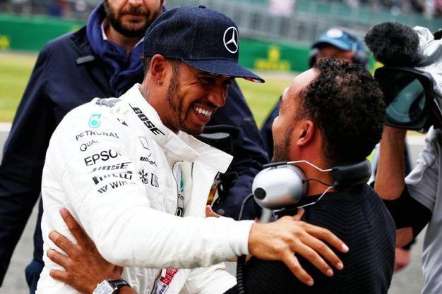 Lewis Hamilton festeggia con il fratello Nicolas la pole (Alive)