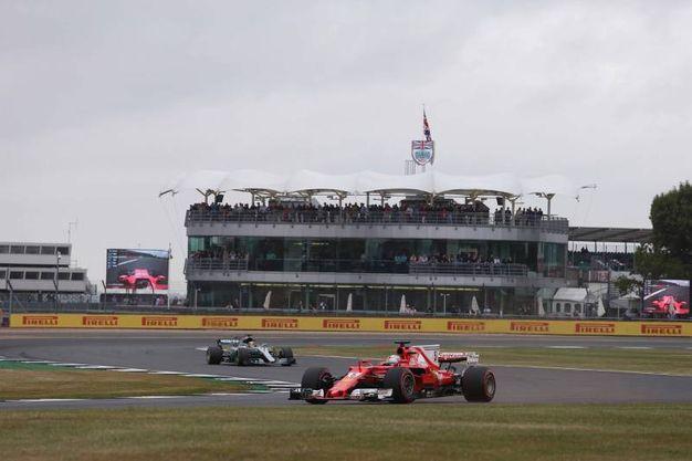 La Ferrari di Vettel, dietro la Mercedes di Hamilton (LaPresse)
