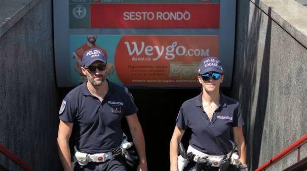 La polizia locale davanti alla fermata Rondò