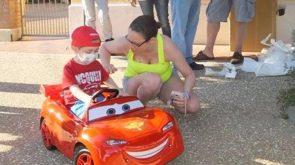 Matteo alla guida della fiammante 'Car' a pedali, la 'Saetta McQueen'.  Con lui la madre Serena