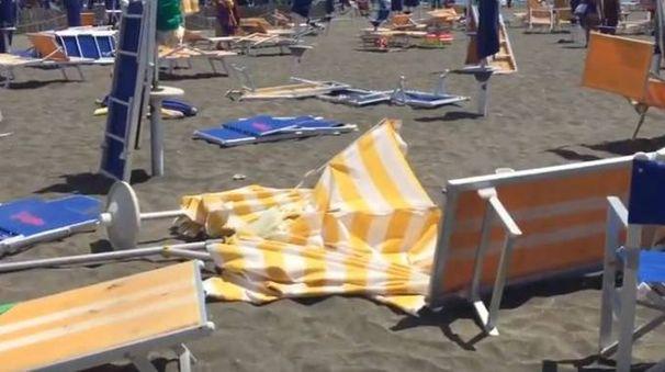 Ostia, tromba d'aria in spiaggia. Dieci bagnanti feriti