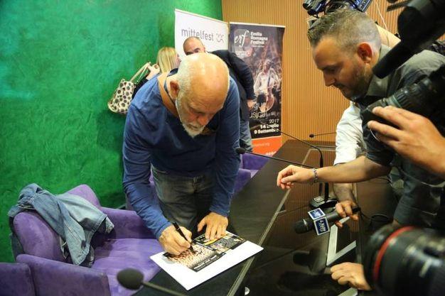 Malkovich firma autografi (foto Schicchi)