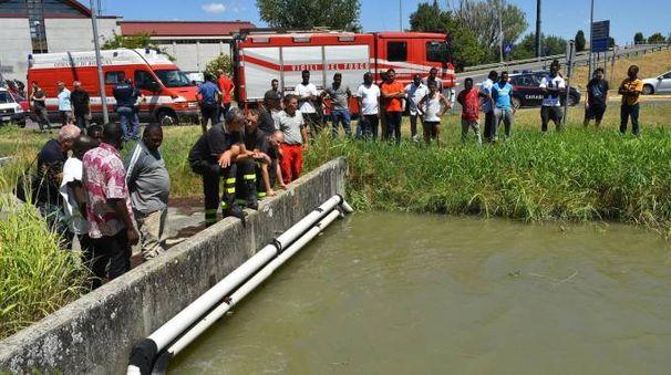 Reggio Emilia, cadavere di un uomo nel canale (foto Artioli)