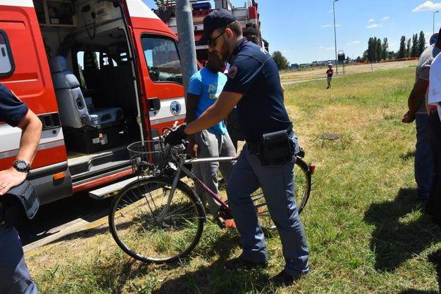 La bicicletta recuperata nel canale (foto Artioli)
