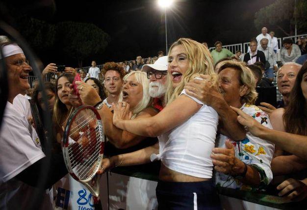 Valeria Marini e i fan (foto Corelli)