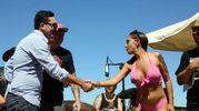 La stretta di mano tra il sindaco Gozzoli e Malena (foto Ravaglia)