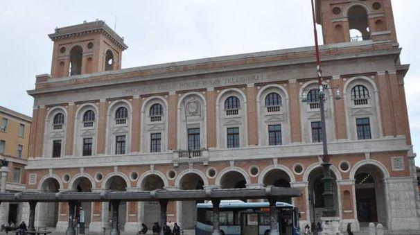 POSIZIONE STRATEGICA Il palazzo di piazza Saffi, lato corso Mazzini: il tratto pedonale, come ha dimostrato il nostro servizio di ieri (a fianco, il titolo) è quello dove il commercio soffre di più