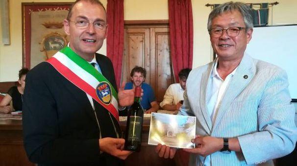 "I due sindaci di Greve e Ushiku City con il vino ""Legame"""